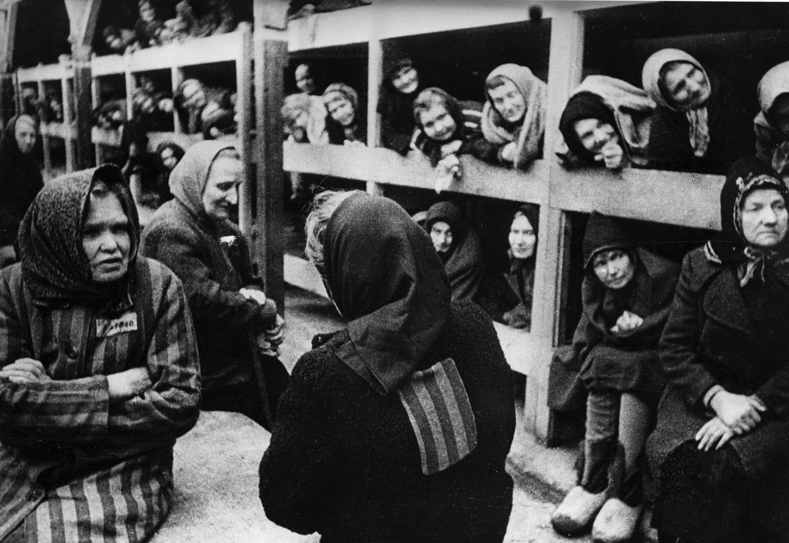 WW2: In one of the women s barracks of the Oswiecim concentration camp, 1945. Auschwitz, Poland., Befreiung, KZ, Konzen