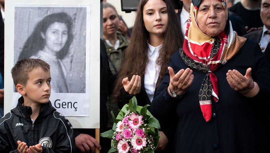 Mevlüde Genç und ihre Enkelin Özlem Genç