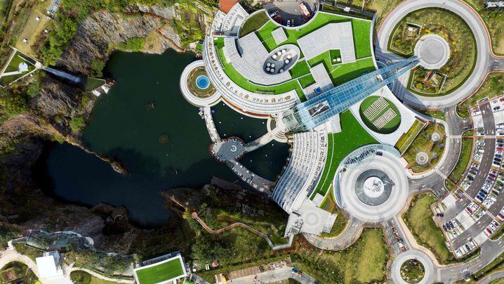 Neues Hotel in China: 2 Stockwerke hoch, 16 Stockwerke tief