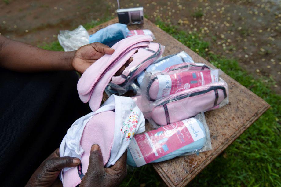 Menstruations-Hygienekit der Hilfsorganisation Afripads aus Uganda: Die Binden sind waschbar, mehrfach verwendbar und ermöglichen es Mädchen, während ihrer Regel das Haus zu verlassen
