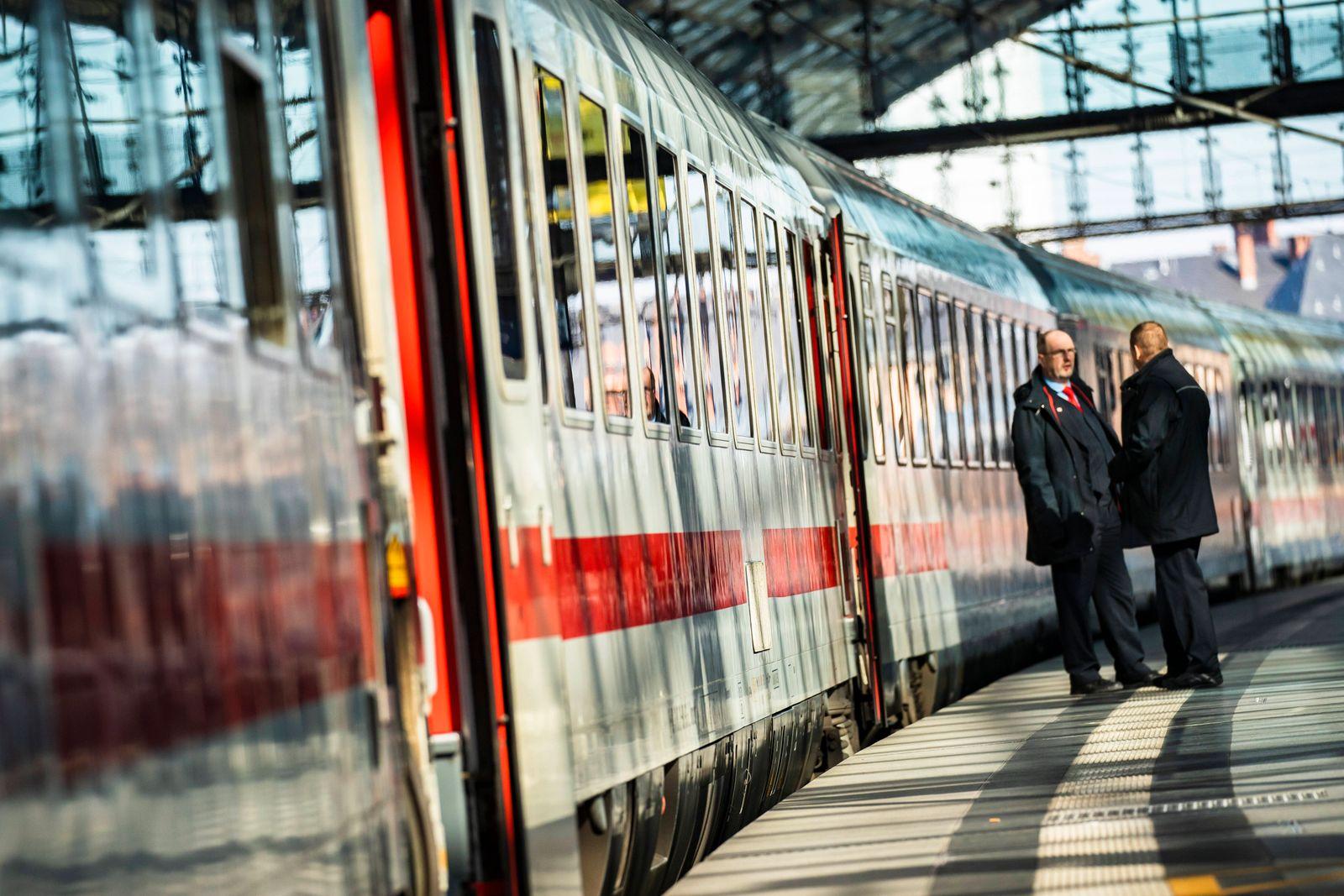 Zugbegleiter bei einem ICE Zug in Berlin am 25. Maerz 2020. Um die Verbreitung des Coronavirus (COVID-19) zu verlangsam