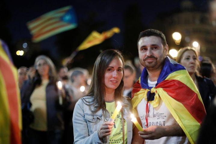 Demonstranten halten Kerzen für Jordi Sánchez und Jordi Cuixart hoch