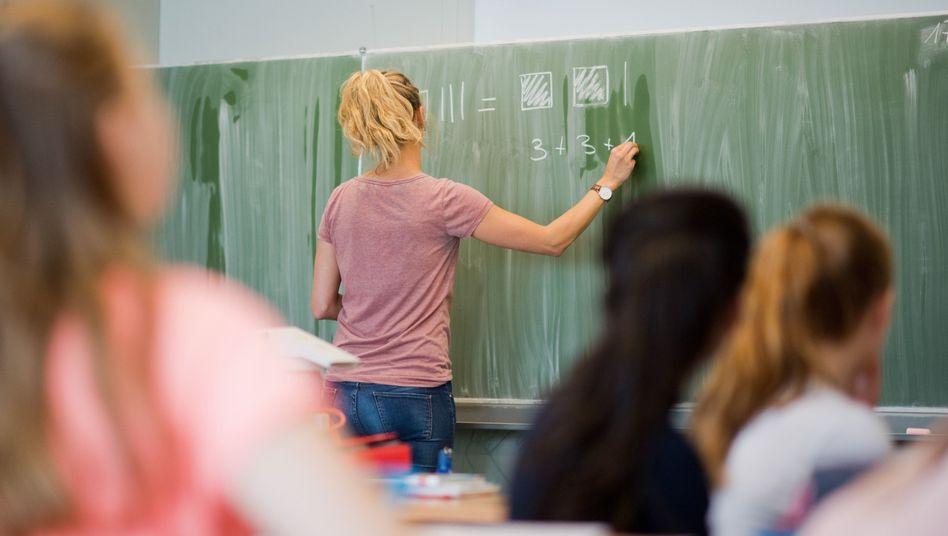 Lehrerin im Unterricht (Archivbild)