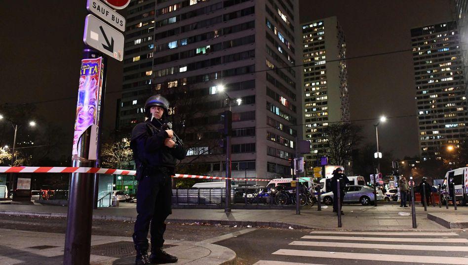 Paris: Bewaffnete Polizisten in der Nähe des Tatorts