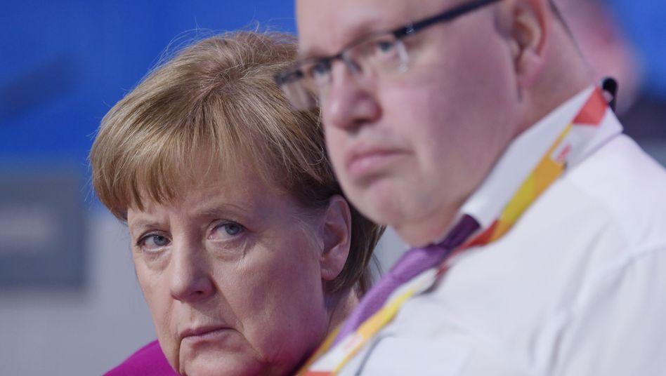 Bundeskanzlerin Angela Merkel (CDU) mit Peter Altmaier (CDU): Die Bundesregierung fährt mit hohem Tempo auf eine Wand zu und hofft auf ein Wunder, statt zu bremsen