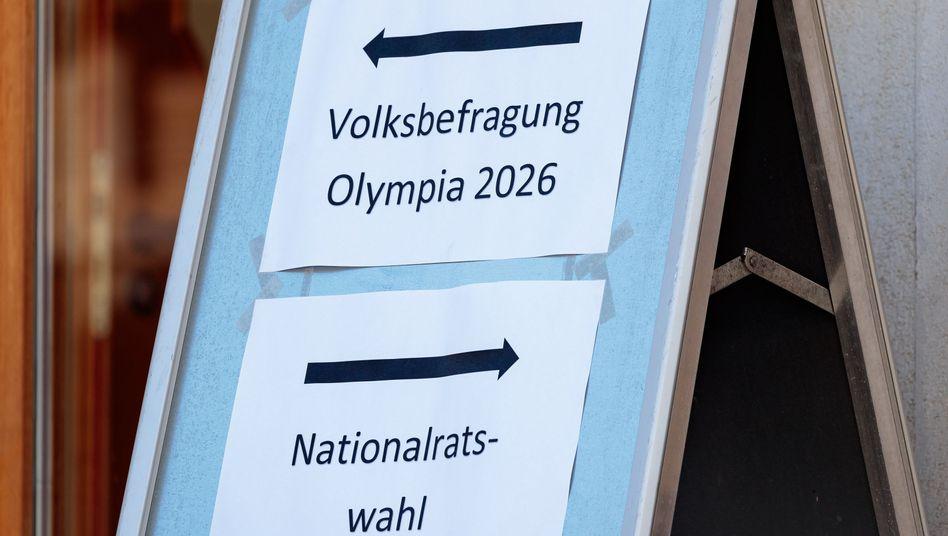 Hinweisschild zur Volksbefragung in Tirol