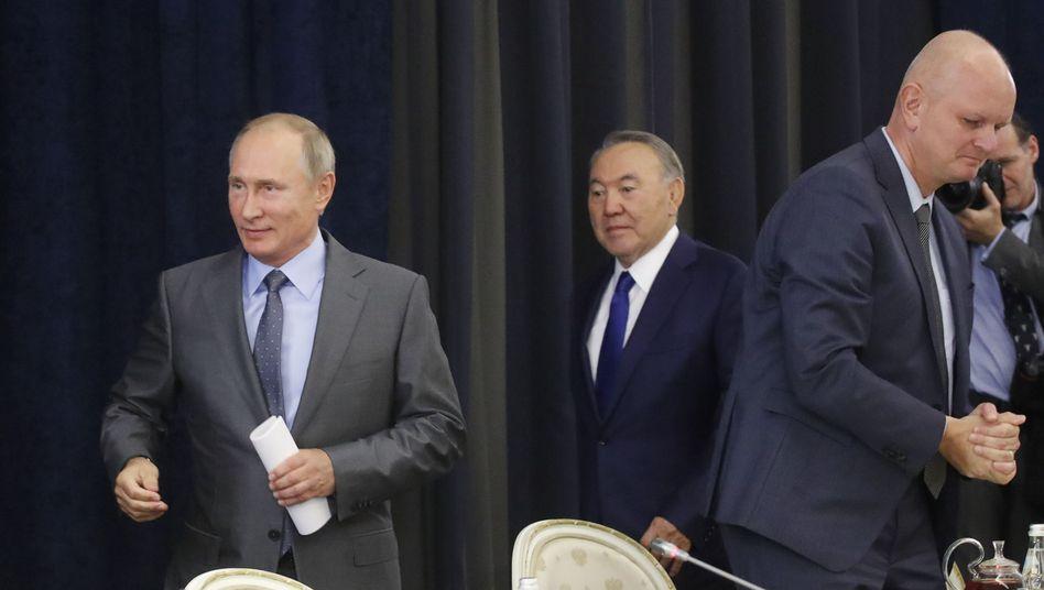 Wladimir Putin (l.), Nursultan Nasarbajew (Mitte), Metro-Chef Olaf Koch (r.)