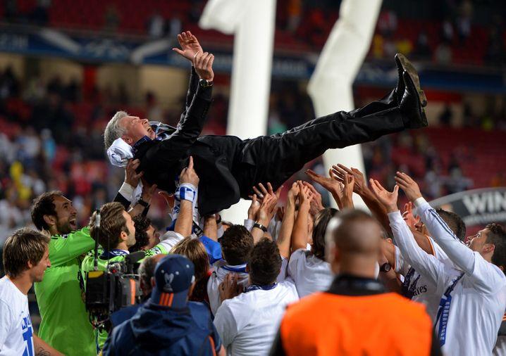 Real-Madrid-Spieler feiern Ancelotti 2014 nach dem Sieg in der Champions League
