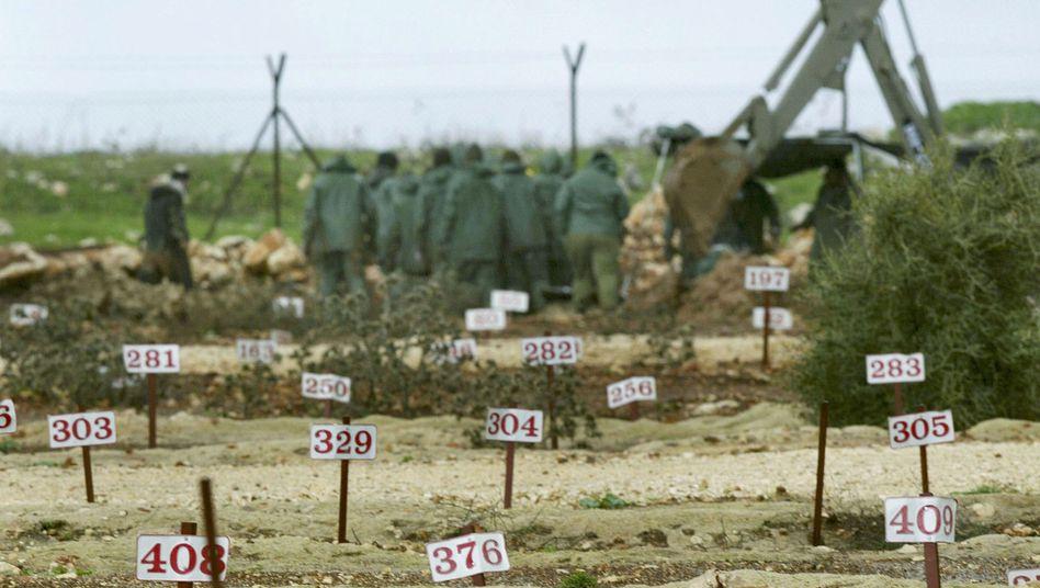 """""""Ein Friedhof für die Toten des Feindes"""" steht am Zaun eines israelischen Militärstützpunkts"""