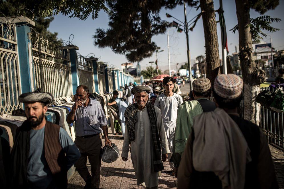 A street scene in Mazar-i-Sharif