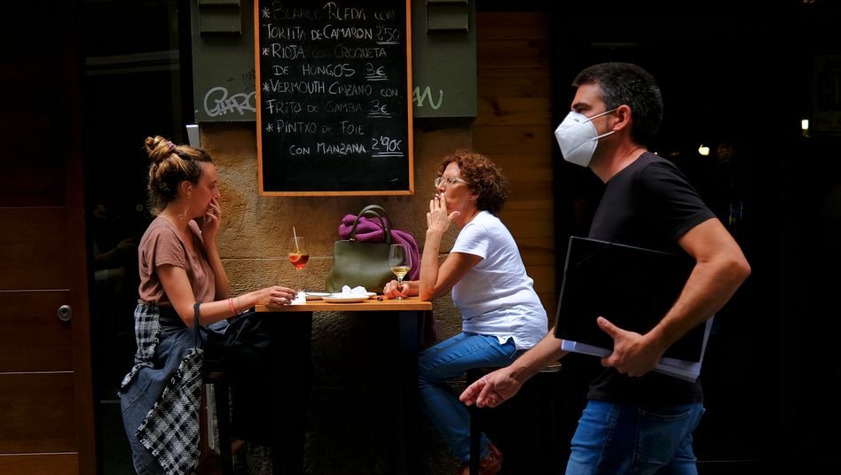 Raucher vor einer Bar in Pamplona