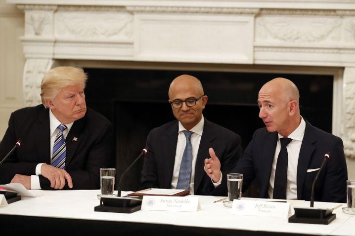 Donald Trump im Jahr 2017 mit Microsoft-Chef Satya Nadella (Mitte) und Amazon-Gründer Jeff Bezos