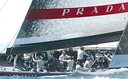 """Siegreich im Schwachwind: Die italienische """"Luna Rossa"""" vom Team Prada"""