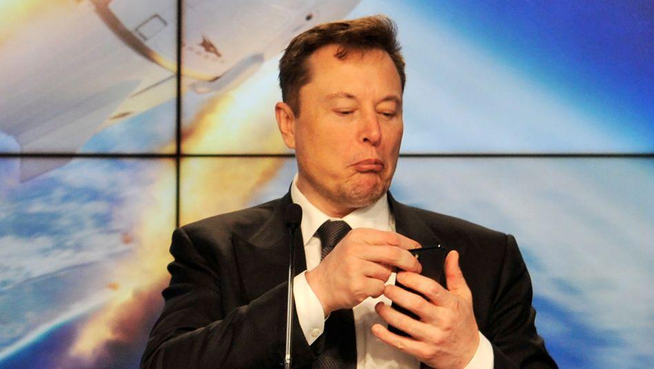Tesla-Chef Elon Musk mit Smartphone: Memes und Mondraketen
