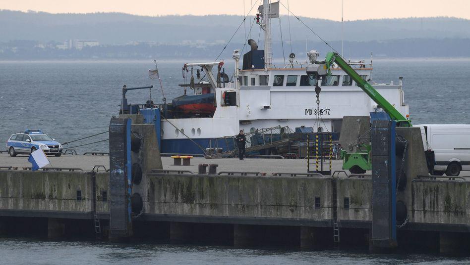 """Schiff """"Raba"""" nach dem Unfall im Hafen Mukran bei Sassnitz"""