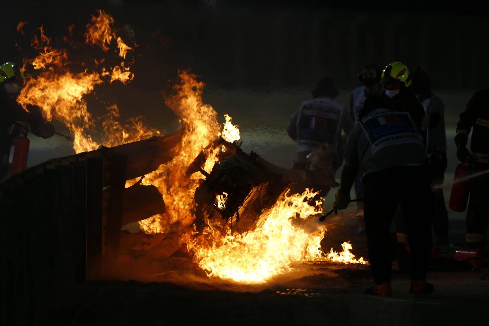 2020 Bahrain GP BAHRAIN INTERNATIONAL CIRCUIT, BAHRAIN - NOVEMBER 29: Marshals extinguish the flames after a big crash
