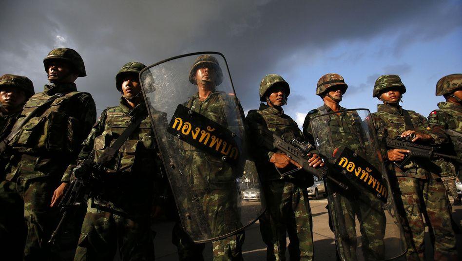 Aufmarsch in Bangkok: Putsch in Thailand - Armee übernimmt die Macht