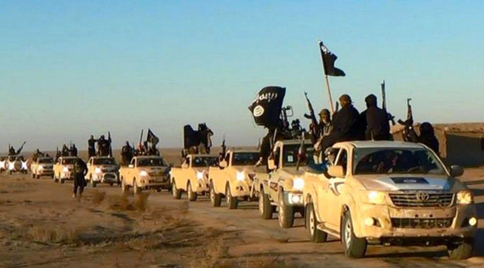 Autokolonne mit IS-Kämpfern auf dem Weg durch die syrische Stadt Rakka