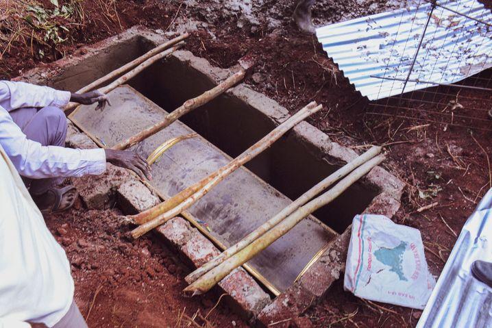 Im ugandischen Dorf Bwefulumya wird eine Bewohnerin beerdigt, die laut Angehörigen an Covid19-Komplikationen verstorben ist. Besondere Schutzvorkehrungen gibt es nicht.