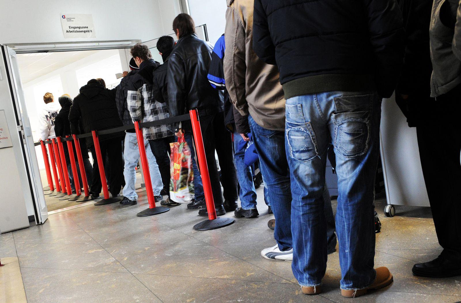 Arbeitslose stehen Schlange / Arbeitsagentur / Arbeitslosigkeit