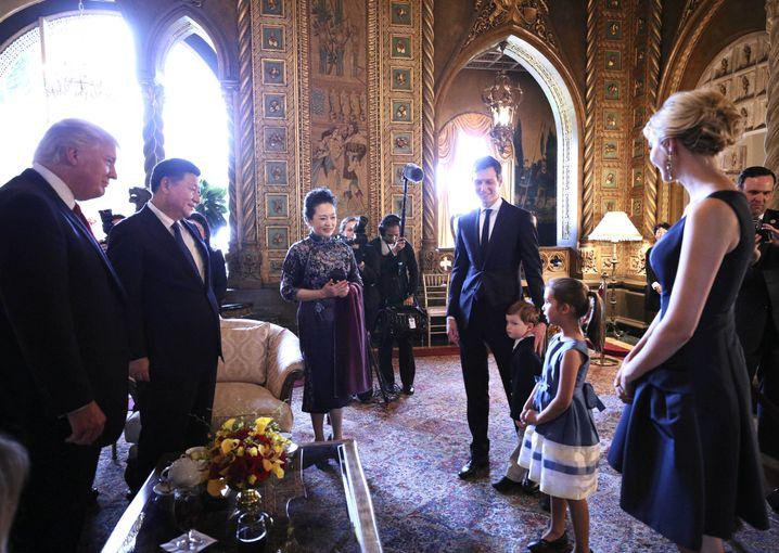 """Ehepaar Kushner/Trump beim Besuch des chinesischen Staatspräsidenten Xi (mit US-Präsident Donald Trump in dessen Feriendomizil Mar-a-Lago in Florida am 7. April.): """"Daddy, Daddy, wir müssen das unbedingt machen"""""""