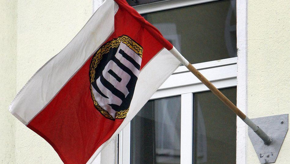 """NPD-Flagge an Fassade (Symbolbild): """"Strategische Bedeutung für die rechtsextremistische Szene"""""""