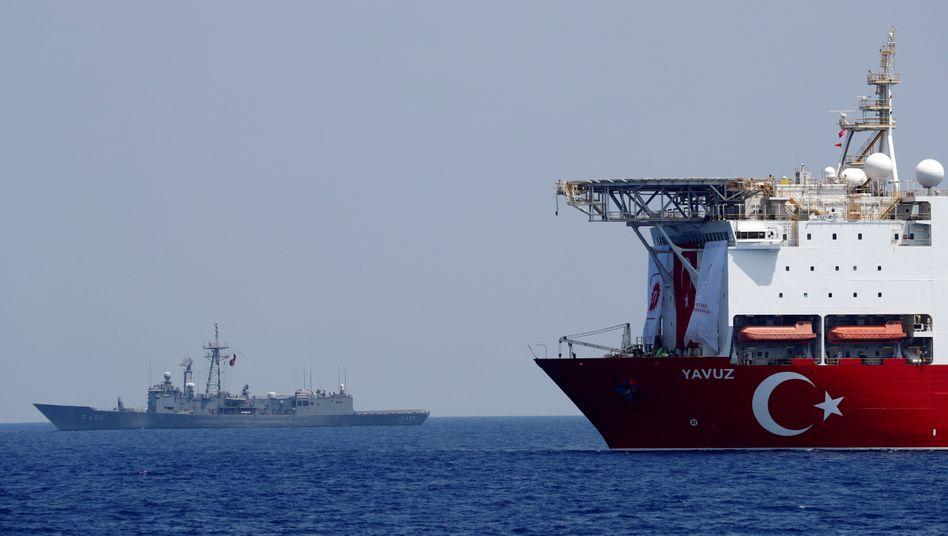 Eine türkische Fregatte eskortiert ein Übungsschiff im östlichen Mittelmeer (Symbolbild)