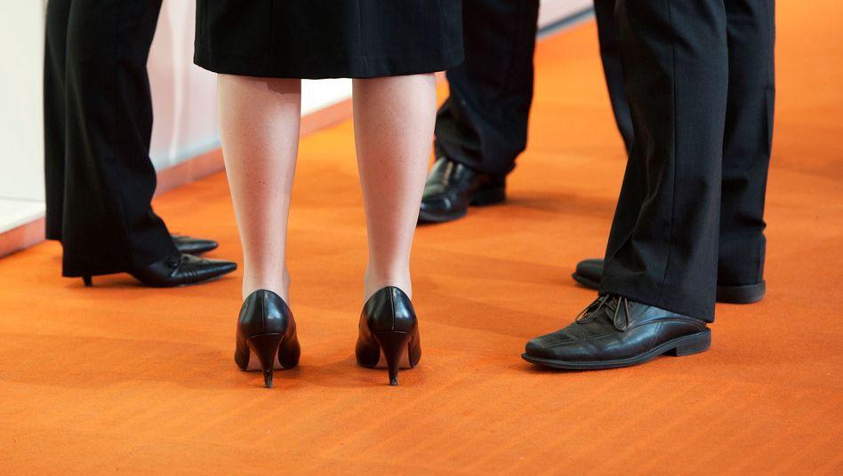 Frau unter Männern (Symbolbild): Norwegens Quote ist ein Meilenstein - trotz Schwächen