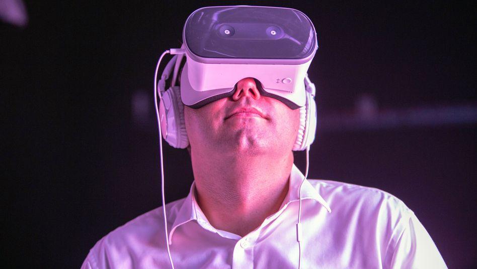 """SPD-Generalsekretär Lars Klingbeil mit Augmented-Reality-Brille: """"Im Denkprozess"""""""