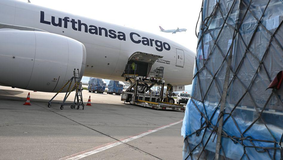 Eine Boeing 777 der Lufthansa Cargo wird am Frankfurter Flughafen beladen