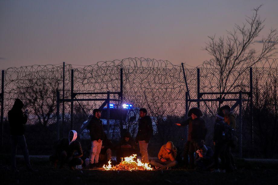 Grenzschutz maximiert: Migranten vor dem Zaun, der Europa von der Türkei trennt