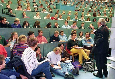 Vorlesung: Immer ausreichend Sicherheitsabstand zwischen Dozent und Studenten
