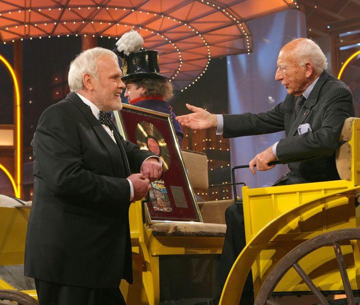 """Die Single """"Hoch auf dem gelben Wagen"""" mit Walter Scheel verkaufte sich bis Frühjahr 1974 300.000 Mal. Das Foto zeigt Scheel bei der ARD-Volksmusik-Gala."""