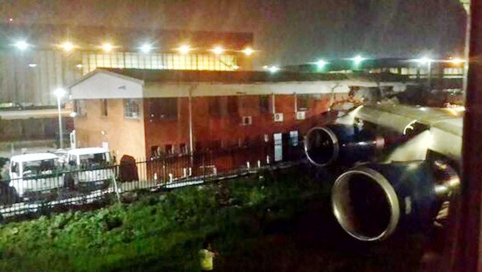 Unglücksmaschine in Johannesburg: Mit dem Flügel im Gebäude