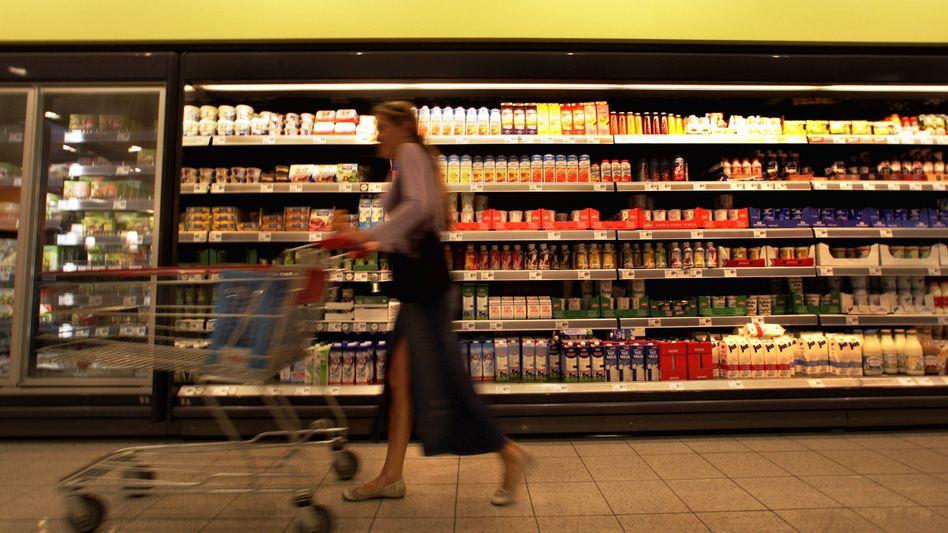 Frau im Supermarkt: Bei jedem 200. Einkauf passiert Diebesgut die Kasse