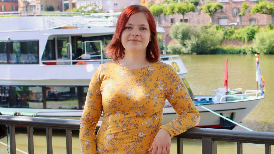 Minu Tizabi auf dem Weg zu ihrer Lesung in Heidelberg, 14 Jahre nach ihrem Rekord-Abitur