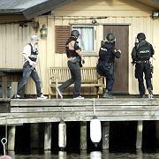 Polizisten am Tatort: Ein Großaufgebot suchte nach dem Schützen
