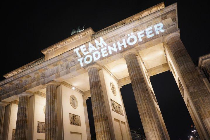 """Team Todenhöfer""-Schriftzug am Brandenburger Tor"