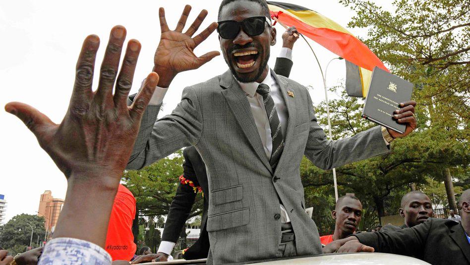 Der Musiker und Politiker Bobi Wine gilt als einer der wichtigsten Oppositionellen in Uganda (Archivfoto von 2017)