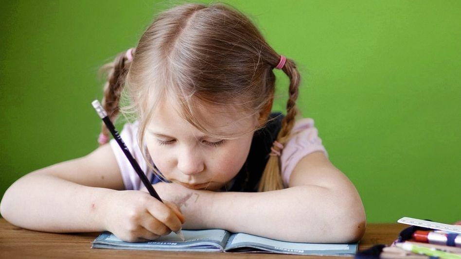 Grundschülerin bei Schreibübung