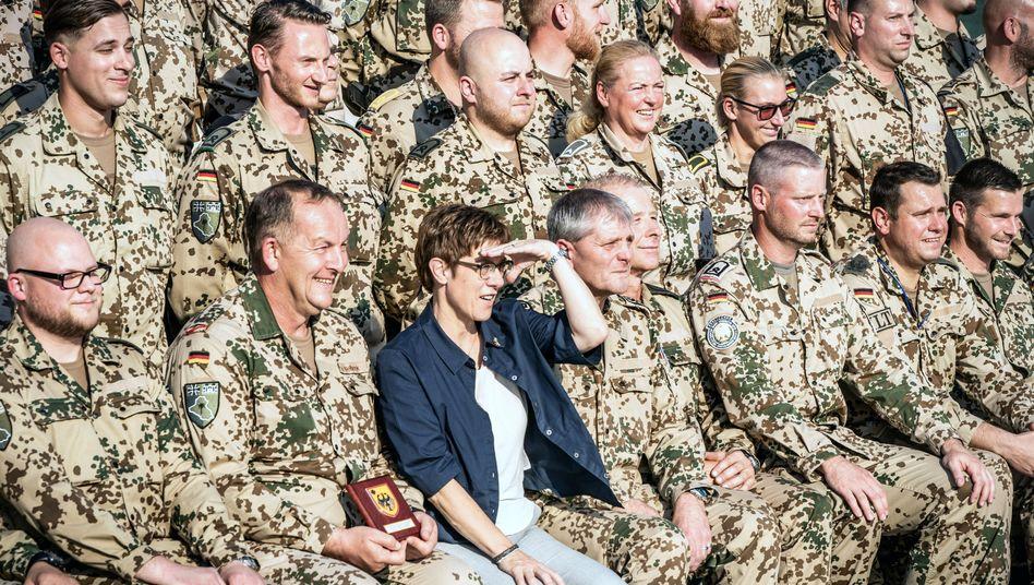 Bundesregierung will die Mission im Irak gerne fortsetzen: Verteidigungsministerin Kramp-Karrenbauer bei einem Truppenbesuch (Archivbild)