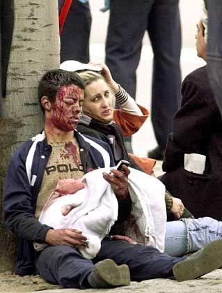 Verletzte nach dem Attentat auf einen Madrider Eisenbahnzug am 11. März 2004: Warum unterstellen wir den Terroristen ehrenwerte Motive?
