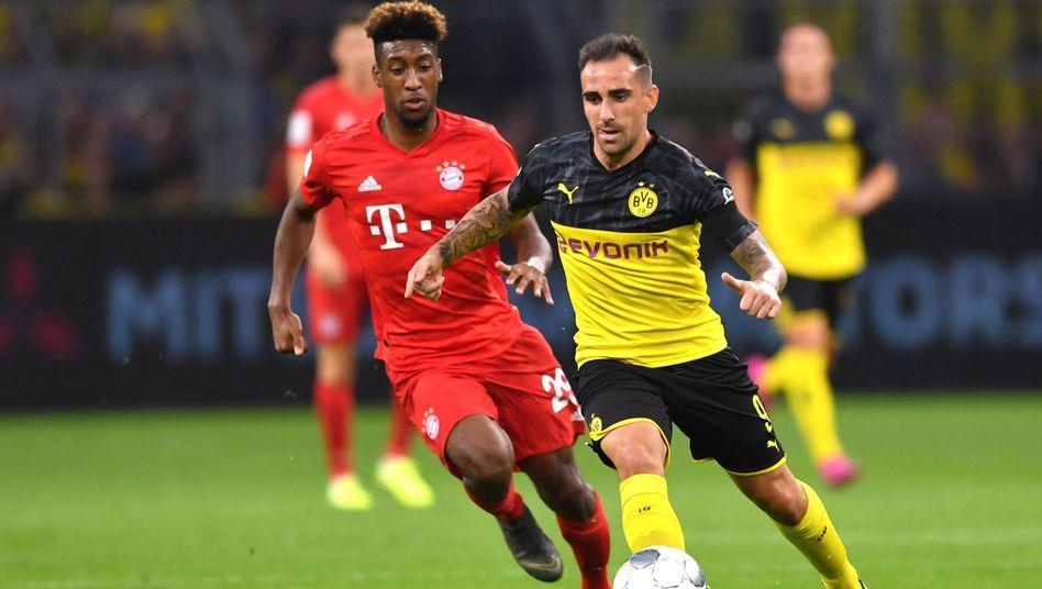 Dortmunds Paco Alcácer (rechts) behauptet sich gegen Bayerns Kingsley Coman