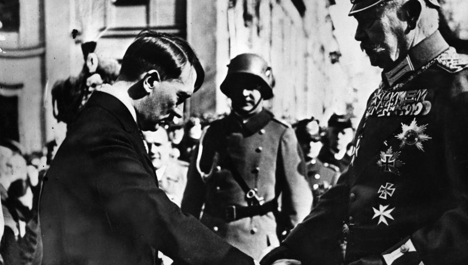 Paul von Hindenburg (r.) schüttelt Adolf Hitler die Hand (Bild von 1934)