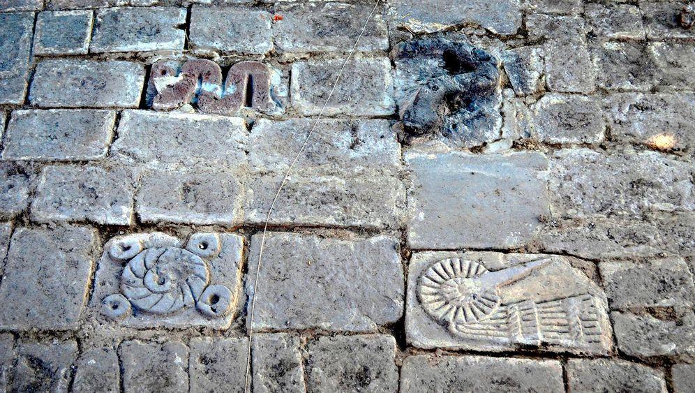 Aztekische Steinplatten: Geschichten von Sonne und Mond