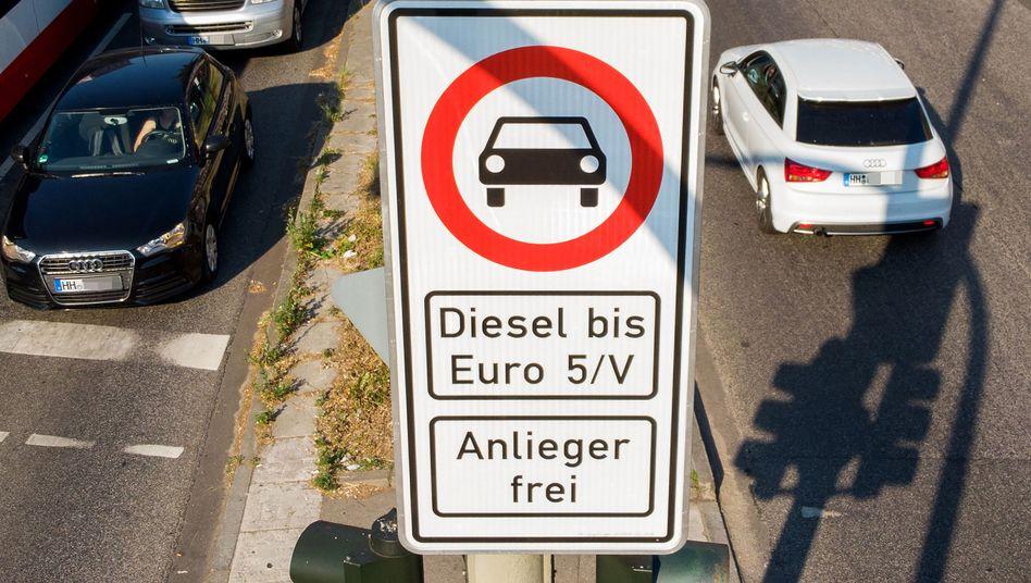Könnte bald verschärft werden: Das Fahrverbot auf der Hamburger Max-Brauer-Allee