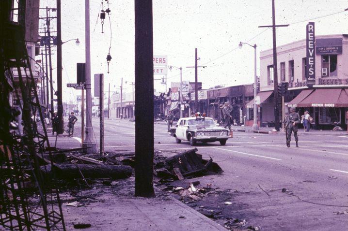 Polizeipatrouille während der Unruhen