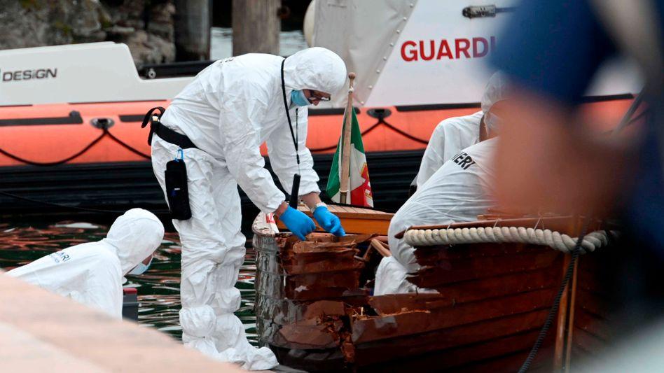Forensiker begutachten das beschädigte Boot nach dem tödlichen Zusammenstoß auf dem Gardasee