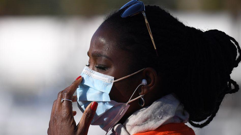 Angst vor dem Virus: Afroamerikanerin in Los Angeles