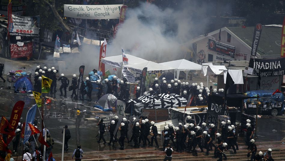 Viele Verletzte: Polizei stürmt Gezi-Park in Istanbul